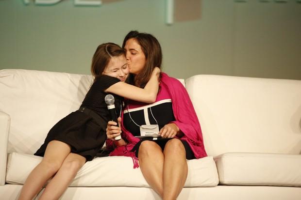 Kylee e sua mãe, Amanda Antico, em evento no Brasil (Foto: Fernando Conrado/Divulgação)