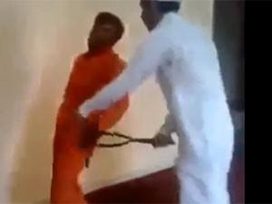 Vídeo mostra saudita espancando trabalhador asiático (Foto: Reprodução/YouTube)