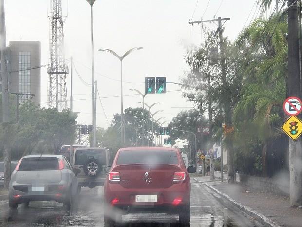 Semáforos apresentaram problemas durante chuva em Manaus (Foto: Suelen Gonçalves/G1)