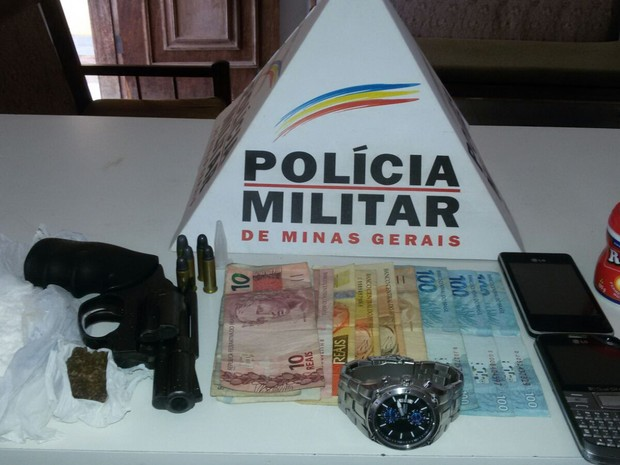 Cocaína, um revólver e dinheiro foram apreendidos pelos militares (Foto: Polícia Militar/Divulgação)