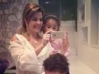 Na véspera do dia das mães, Samara Felippo 'tenta' selfie com as filhas