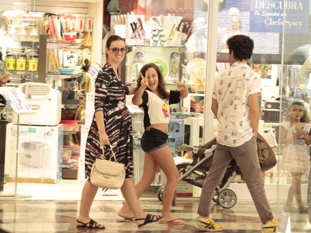 Carolina Kasting com a filha Cora em shopping na Zona Oeste do Rio (Foto: Wallace Barbosa/ Ag. News)