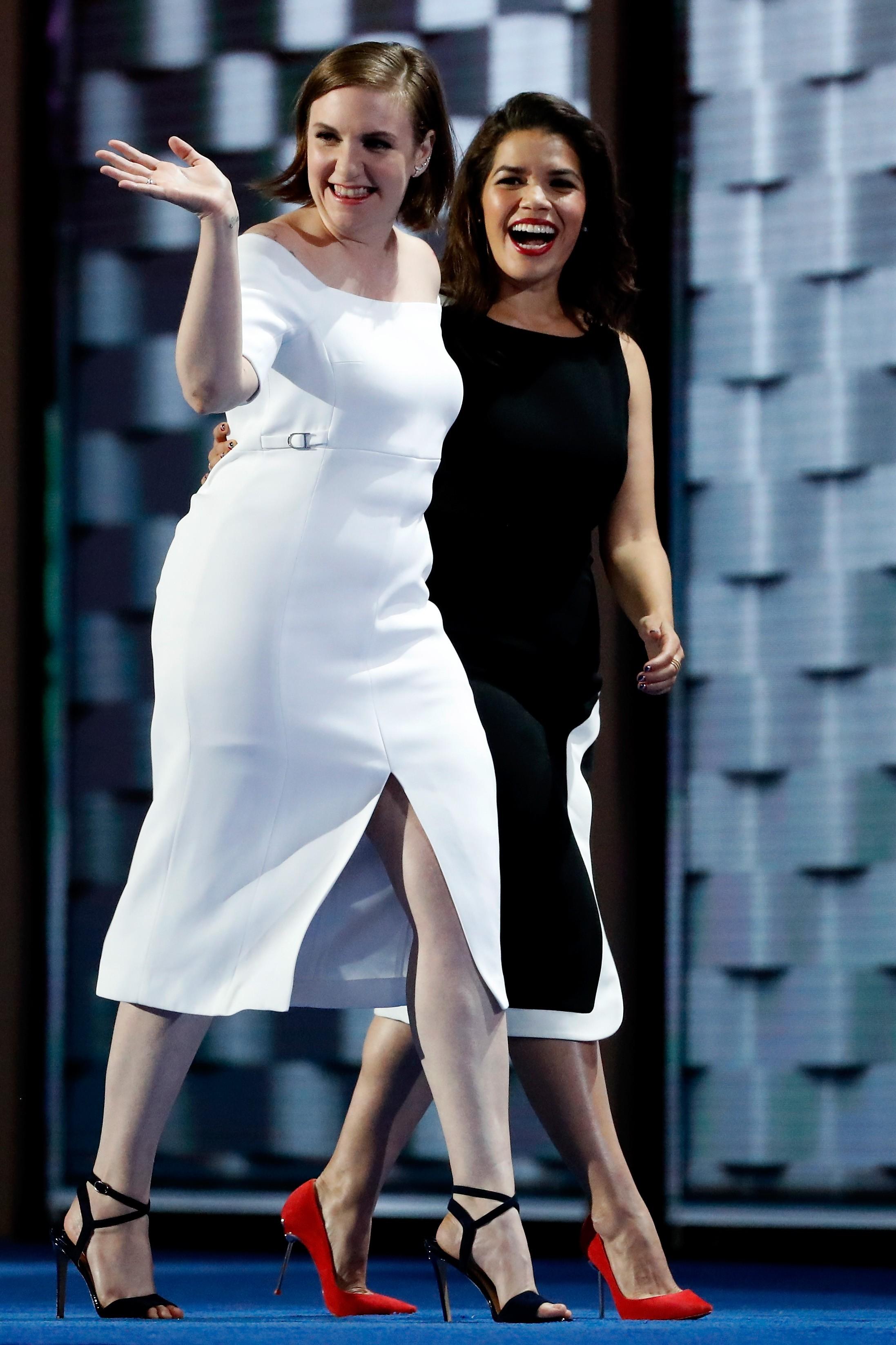 Lena Dunham com America Ferrera em convenção do Partido Democrata dos EUA (Foto: Getty Images)