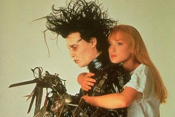 Ok, ok: Winona Ryder e Johnny Depp já namoravam havia uns meses quando fizeram o inesquecível e impossível par de 'Edward Mãos de Tesoura' (1990). Mas olha que lindo: foi logo após as filmagens que o ator pediu a mão da atriz em casamento. Eles não chegar (Foto: Reprodução)