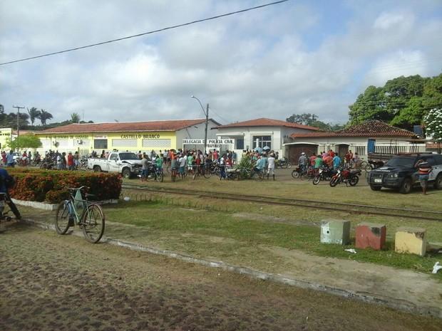 Pela manhã, movimento era grande na delegacia de Pirapemas (Foto: James Galvão)