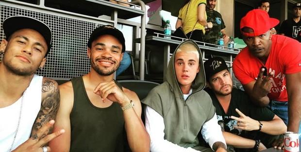 Neymar em estádio com Justin Bieber, Dave-O e Jamie Foxx (Foto: Reprodução/Instagram)