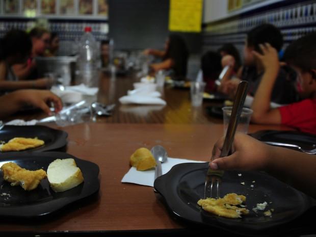 Durante férias, crianças espanholas vão à escola para brincar, aprender e, sobretudo, comer. (Foto: Cristina Quicler/AFP)