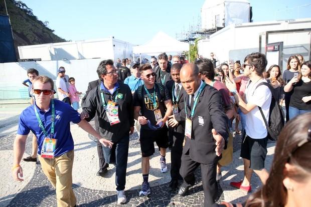 Zac Efron grava em Copacabana (Foto: Gabriel Reis e Andre Freitas/ Ag. News )