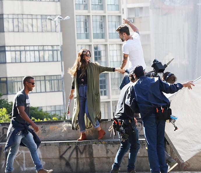 Giovanna Antonelli teve a companhia de Bruno Gagliasso nas primeiras cenas de 'Sol Nascente' gravadas no centro de São Paulo (Foto: Carol Caminha / Gshow)