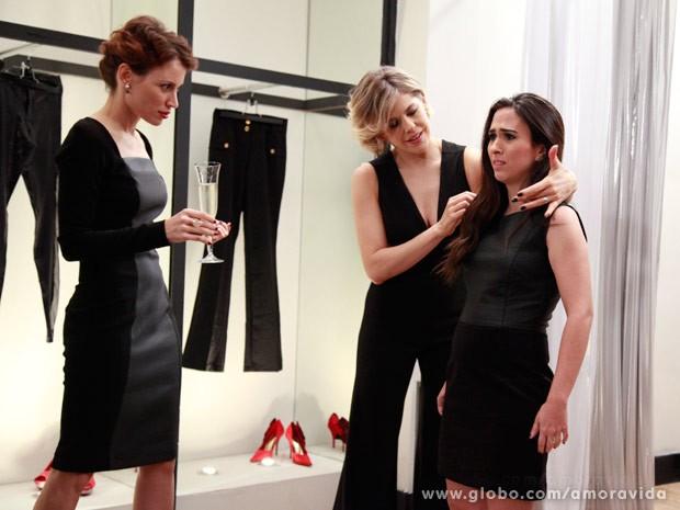 Valdirene não curte muito a proposta da mulher chique e discreta (Foto: Ellen Soares/TV Globo)