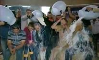Bolo e banho de leite celebram os 50 anos da Fenasoja (Reprodução/RBS TV)
