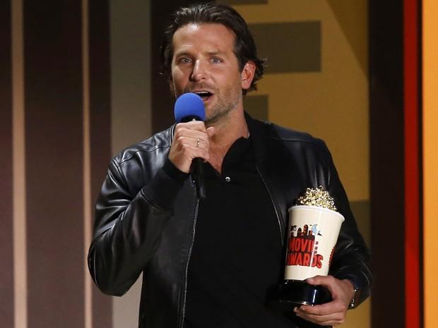 Bradley Cooper recebe o prêmio de melhor ator por 'Sniper americano' no MTV Movie Awards 2015 (Foto: REUTERS/Mario Anzuoni)