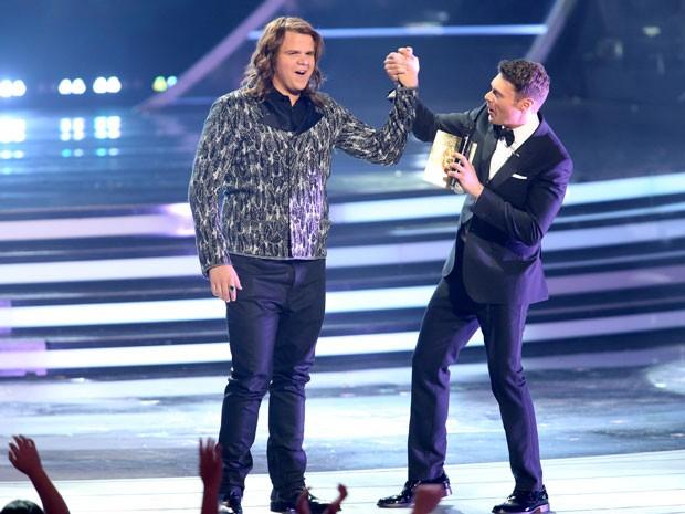 O apresentador Ryan Seacrest anuncia Caleb Johnson como vencedor do 'American idol' (Foto: Paul A. Hebert/Invision/AP)