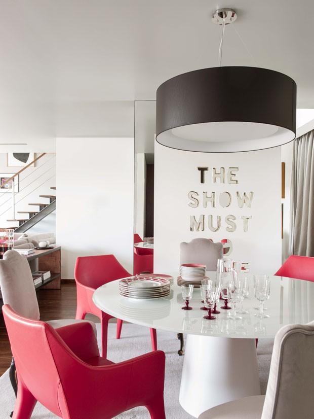 Branco e pink ditam decoração de apartamento em Portugal (Foto: Montse Garriga/ PhotoforPress)