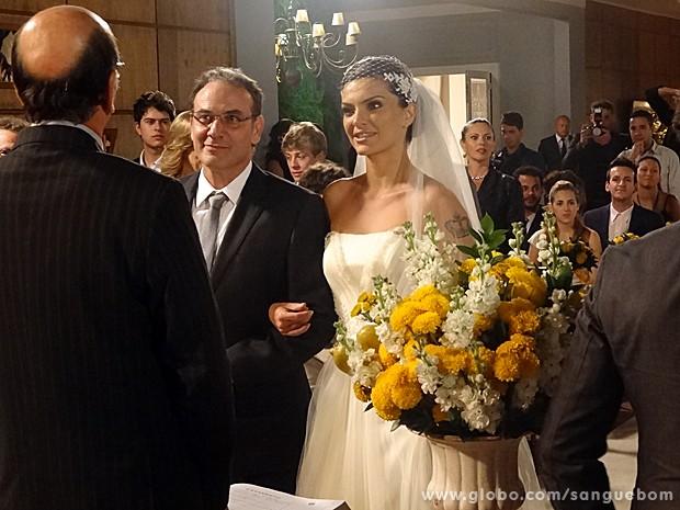Os dois selam o amor! (Foto: Sangue Bom / TV Globo)