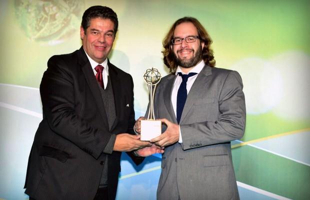 O editor Julio Cabral, à direita, recebe o prêmio da AEA (Foto: Divulgação)