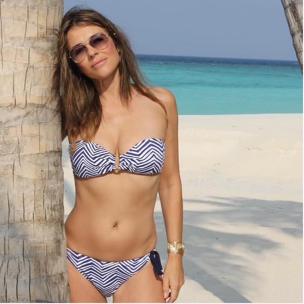Elizabeth Hurley na praia (Foto: Instagram)