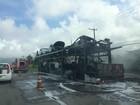 Caminhão-cegonha pega fogo na Rio-Santos em Caraguatatuba, SP