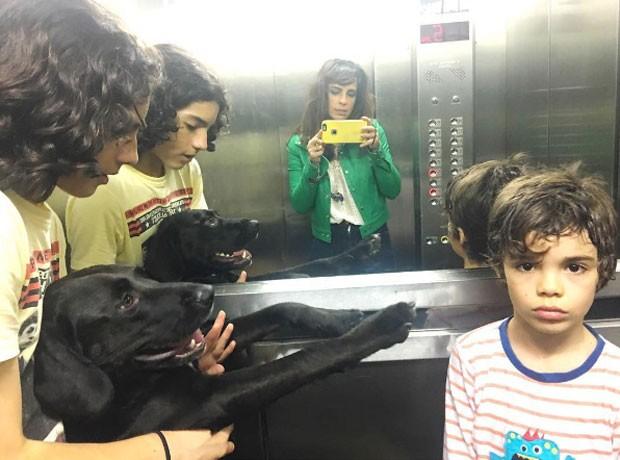 João, Maria, Bento e o cachorro da família em selfie no elevador (Foto: Reprodução Instagram)