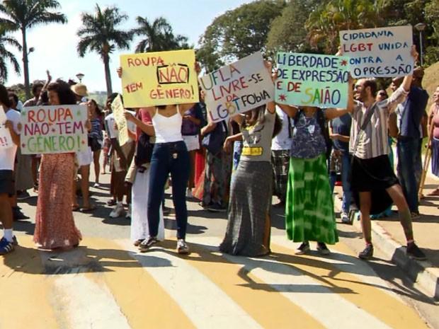 """Estudantes fizeram """"saiaço"""" em protesto por aluno barrado em Lavras (Foto: Reprodução EPTV)"""