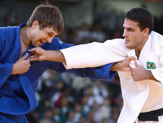 Leandro Guilheiro na luta de judô contra Konstantins Ovchinnikovs (Foto: AFP)