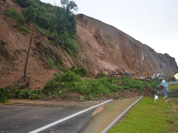 Chuva SC: Queda de barreira interditou SC-390 em Orleans, no Sul do estado, na manhã desta quinta (22) (Foto: Stéphanie Piava/ Divulgação)