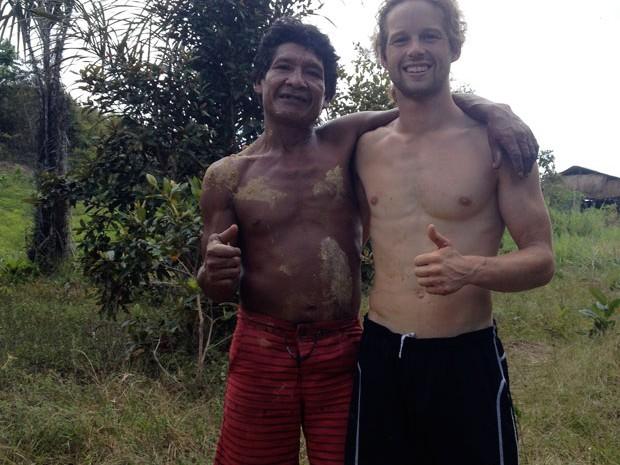 Johnny e índio da comunidade de São Jorge (Foto: Arquivo pessoal)
