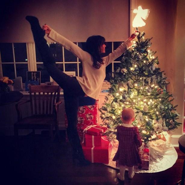 A esposa do ator Alec Baldwin, Hilaria Baldwin, gosta tanto de yoga que usou da flexibilidade que conquistou com essa prática na hora de posar decorando a árvore de Natal. (Foto: Instagram)
