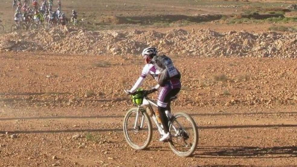 Mulher pedalou 600 km em seis dias no Saara para chamar a atenção para doença de seu filho (Foto: Eva Giménez)