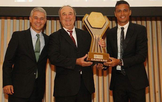 Peter, Levir e Cícero exibem o troféu da Primeira Liga (Foto: Nelson Perez/Fluminense FC.)