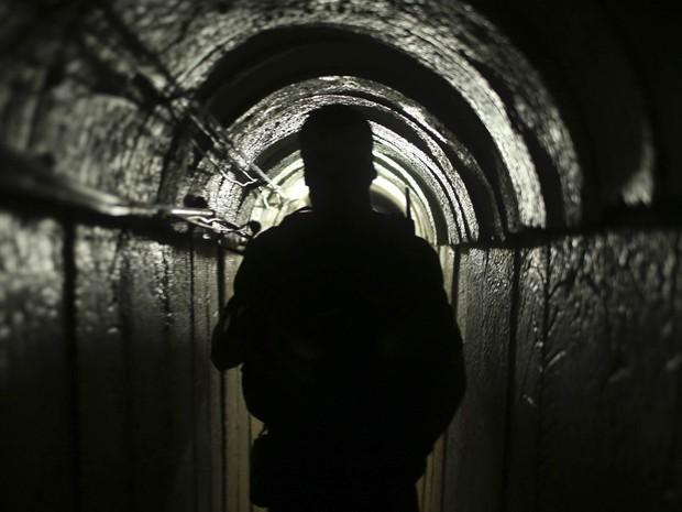 18/8 - Palestinos das Brigadas de Izz el-Deen al-Qassam, braço armado do grupo Hamas, fazem tour por um túnel em Gaza com jornalistas da Reuters, após Israel afirmar que havia destruído todos os túneis de infiltração ao país escavados a partir de Gaza (Foto: Mohammed Salem/Reuters)
