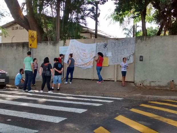 Alunos ocupam escola contra a reorganização do ensino estadual (Foto: Rafael Fachim/TV TEM)