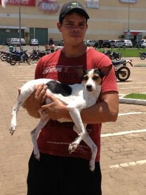 Rafael com a cachorrinha Leslie, adotada neste domingo (Foto: Ivanete Damasceno/G1)