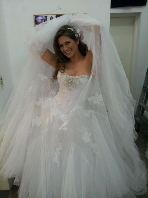 Livia Andrade posa de noiva em ensaio fotográfico (Foto: Rycardo