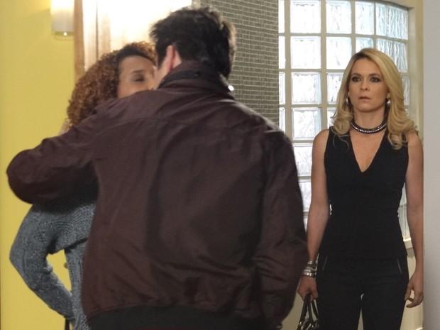 Pamela vai atrás de Jonas e vê casal aos beijos (Foto: Geração Brasil/TV Globo)