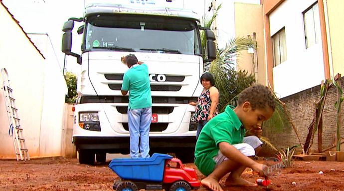 O neto do Geada, Tavinho, de 3 anos, é fã da profissão do avô (Foto: reprodução EPTV)