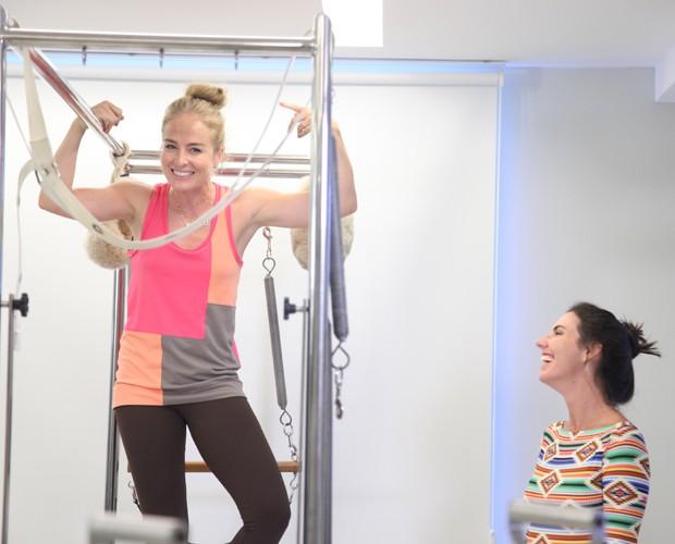 A apresentadora se diverte com a aula (Foto: TV Globo/Carol Caminha)