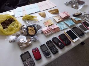 Policiais prenderam 19 suspeitos e apreenderam objetos. (Foto: Divulgação/ Polícia Civil)