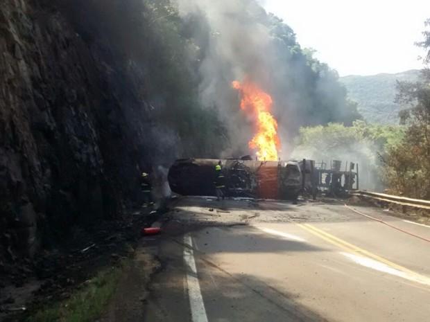 Caminhão incendiou após tombar na ERS-122 na Serra do RS (Foto: Bruna Colossi/RBS TV)