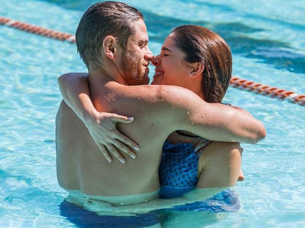 Itália tenta consolar amado depois que ele perde a competição de natação (Foto: Artur Meninea/Gshow)