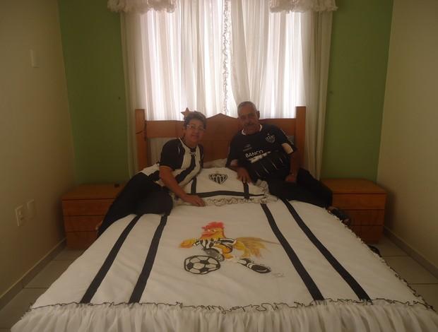 Ademar Bicalho e sua mulher Sandra na cama com colcha do Galo (Foto: Cida Santana/Globoesporte.com)