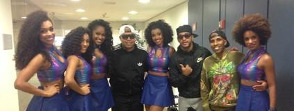 Bailarinas montam 'Bonde das Tigresas' com grupo de funk