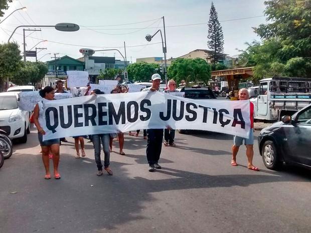 Familiares de jovem estuprada realizaram protesto nesta terça-feira (8) (Foto: Kátia Petersen/TV Santa Cruz)
