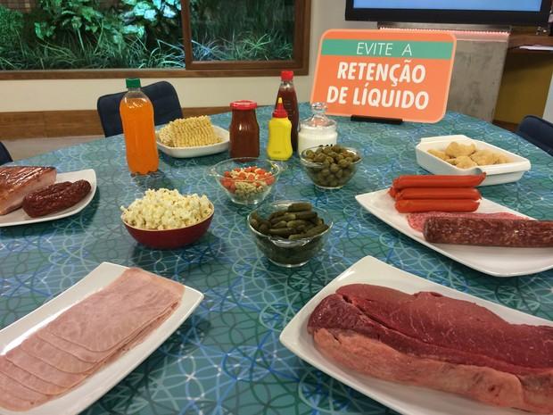 Alguns alimentos podem agravar a retenção de líquido, por conter muito sal (Foto: Mariana Palma/G1)