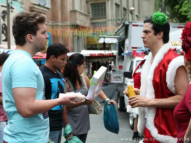 Niko flagra Félix vendendo hot dogs na 25 de Março.... (Foto: Carol Caminha / TV Globo)