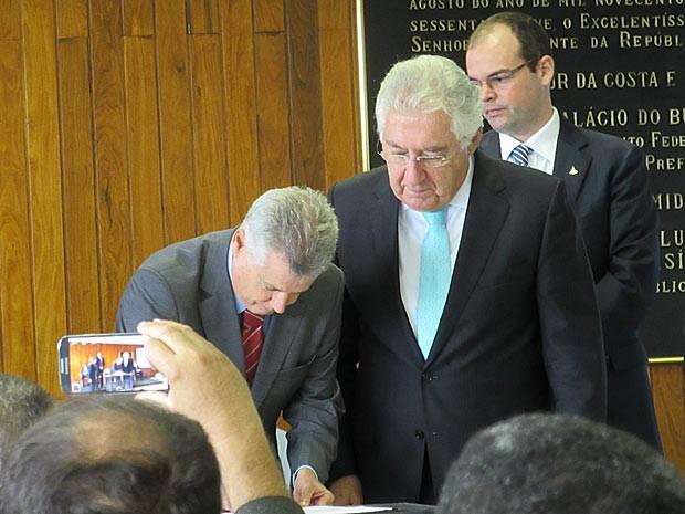 O governador Rodrigo Rollemberg assina documento acompanhado do ministro Guilherme Afif (Micro e Pequena Empresa) (Foto: Raquel Morais/G1)