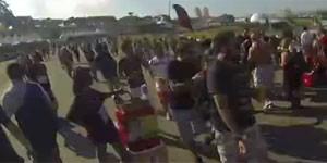 VÍDEO: caminhar é preciso... até  2,5 km separam um palco do outro (Reprodução)