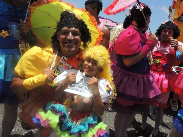 Tradição de se vestir de mulher é passada pelo porteiro Hélio Martins para o sobrinho Antony, de 10 anos.  (Foto: Katherine Coutinho / G1)