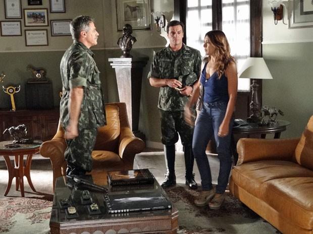 Lucimar conta para o Coronel Nunes que Wanda não presta (Foto: Salve Jorge/ TV Globo)