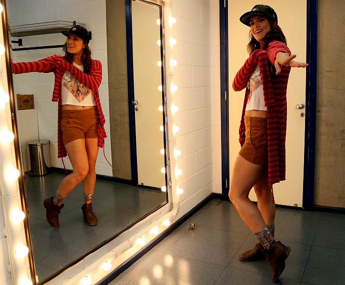Priscila posa no espelho do camarim (Foto: Isabella Pinheiro/Gshow)